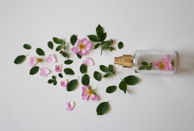 Sử dụng nước hoa hồng để cân bằng da